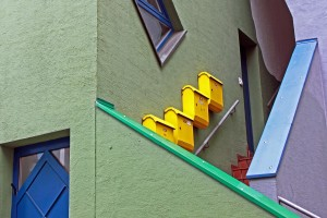 buzones amarillos fachada escalera