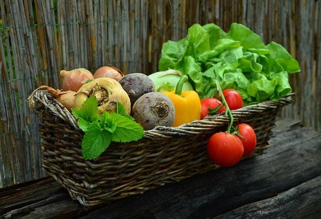 hortalizas en un cesto